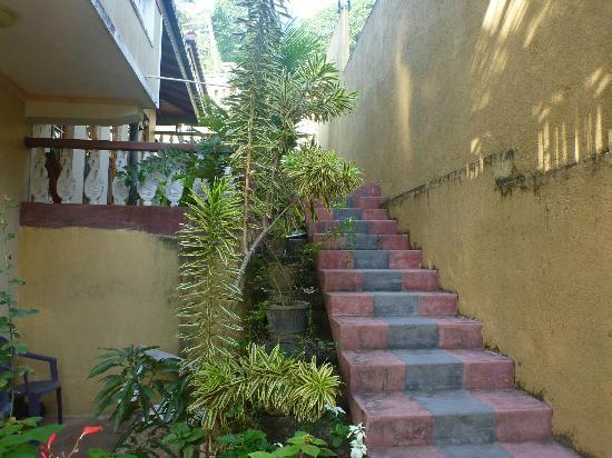 Hill House Hostel: stairways to the main gate
