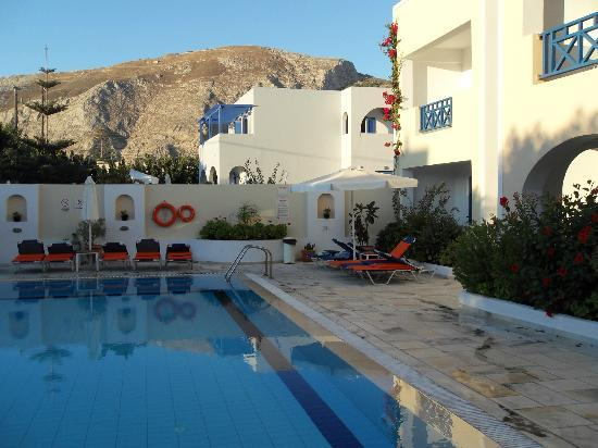 Ξενοδοχείο Σαντελλίνη: Part of the pool area looking towards Ancient Thira
