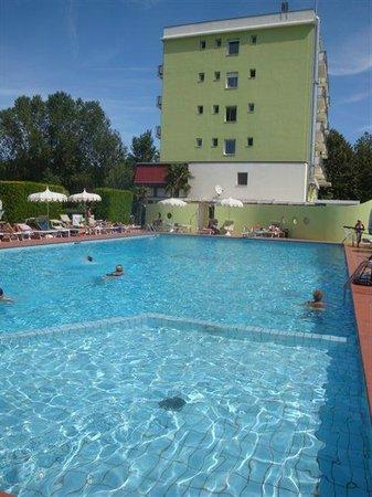 Hotel Sabrina: la piscina sempre assolata e zona silenziosissima