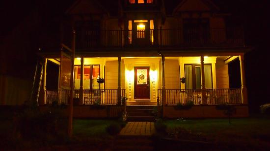 The Maple Inn: night view