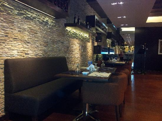 Canyon Hotel Erbil: Nice Wine Bar with life music