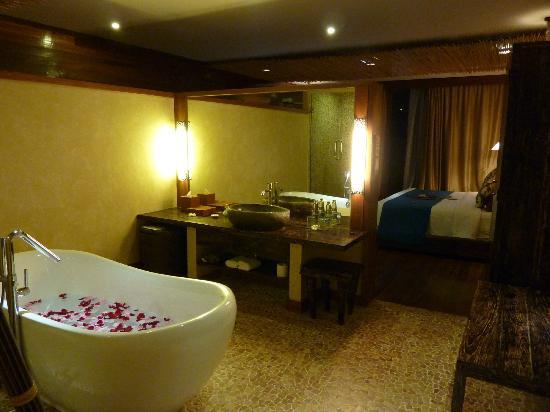 Kupu Kupu Jimbaran & Bamboo Spa by L'Occitane: Uluwatu Suite Badezimmer