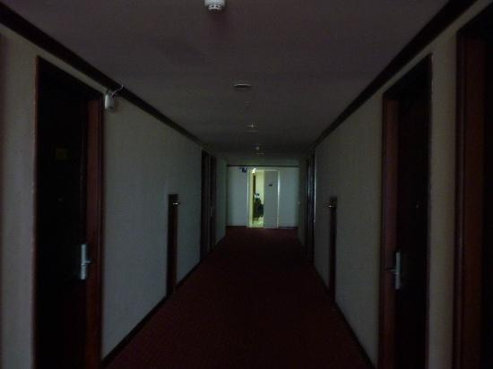 Vientiane Plaza Hotel: No lights on in the corridors
