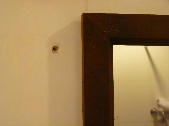 Vientiane Plaza Hotel: hole in the wall