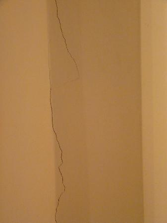 Vientiane Plaza Hotel: Cracks in the wall