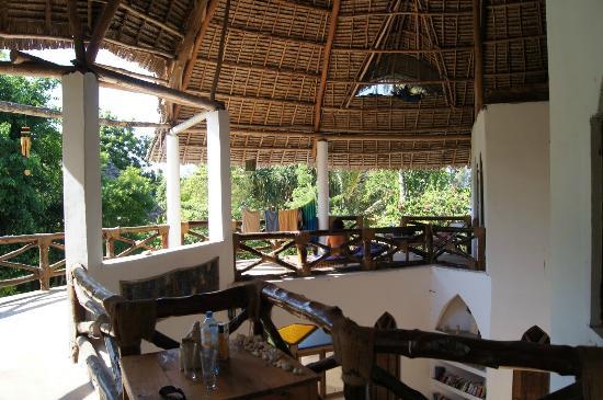 Casa Umoja: eine große Terrasse vor den Zimmern im ersten Stock