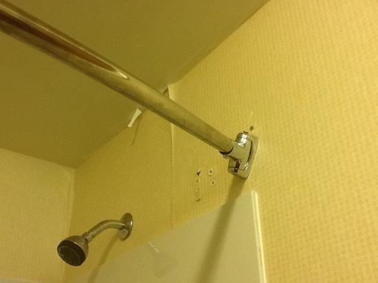Pleasant Hill Inn: peeling wallpaper. Shower rod that fell down and replaced precariously.
