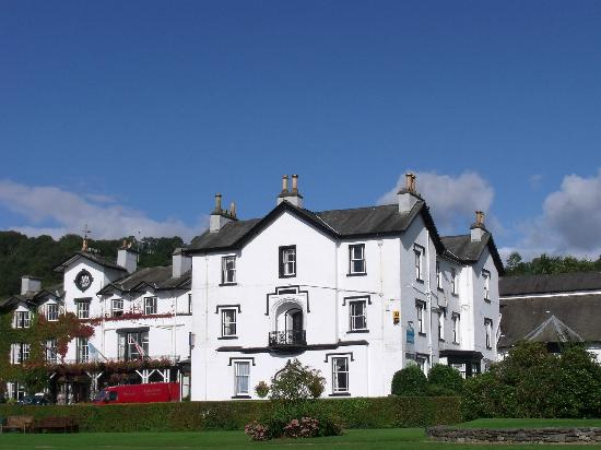 Low Wood Bay: A picture of the hotel taken from the marina