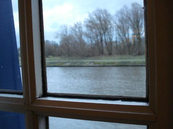 De Barge Hotel: view from window of working canal