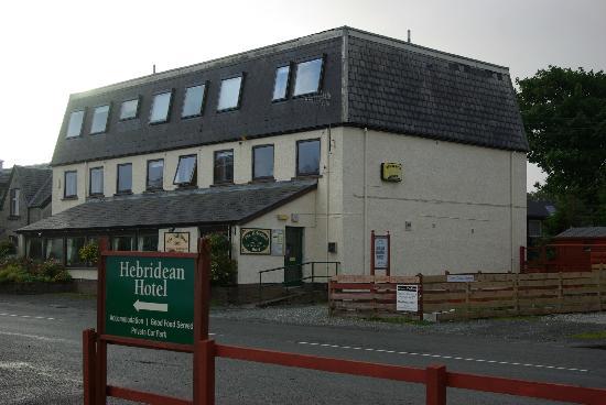 Außenansicht des Hebridean Hotel vom eigenen Parkplatz