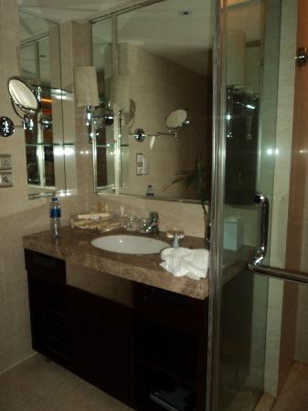 Days Hotel & Suites Xinxing Xi'an: Lavabo baño