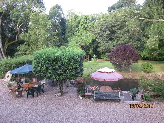 Le Moulin des Charmes: Garden