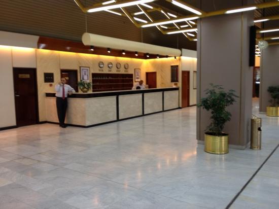 Safir Airport Hotel: front desk
