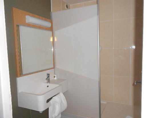 B&B Hôtel Lyon Centre Part-Dieu Gambetta : Shower separate from bathroom