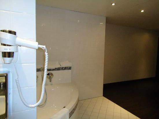 NH Wien City: Bathroom with shower and bathtube