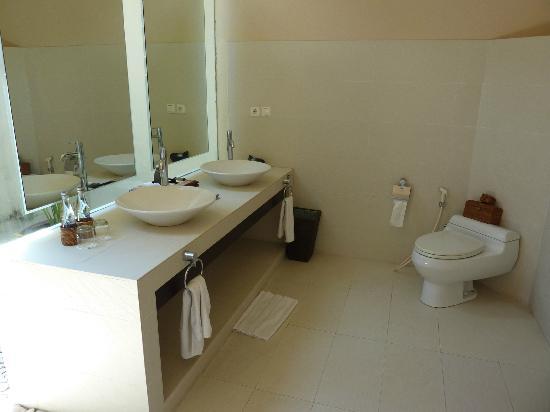 Kamuela Villas and Suite Sanur: Toilette und Waschbecken (halb-draussen)