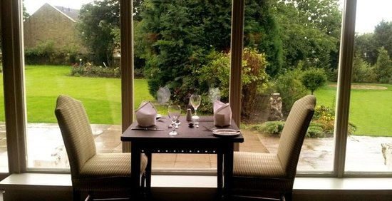 The Manor House Hotel Restaurant: Restaurant looking out onto the hotel gardens