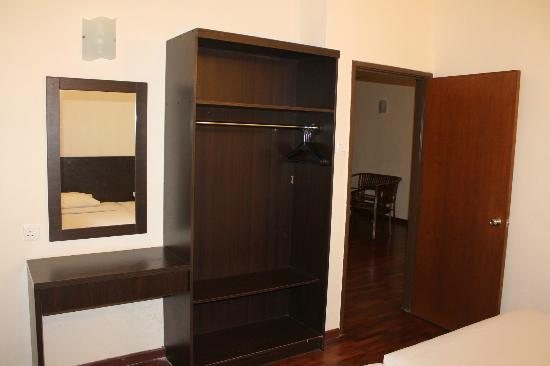 Bukit Gambang Resort City: The cupboards. They have hangers!