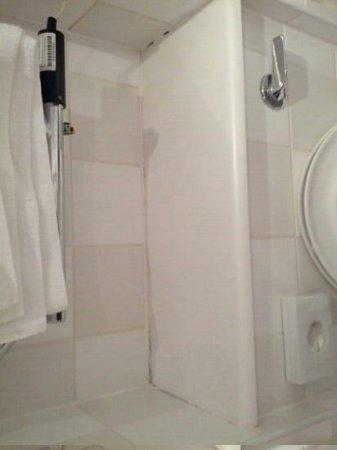 Holiday Inn London - Regent's Park: poorly maintained bathroom