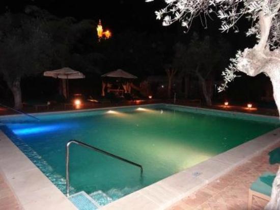 Valldemossa Hotel: Piscine de nuit avec la Chartreuse en arrière plan