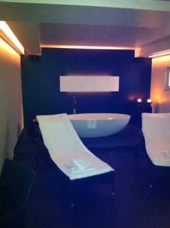 Hotel Arc-en-ciel: espace detente et baignoir pour 2