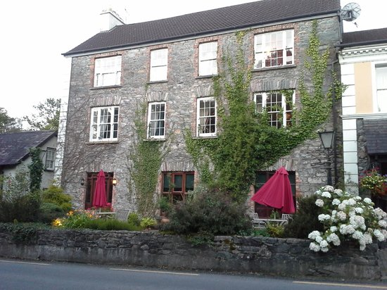 Muckross Park Hotel & Spa: Exterior, just off the road