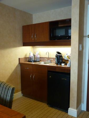 Sheraton Suites Calgary Eau Claire: The little kitchen area
