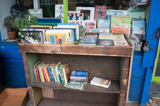 Every Thing Goes Book Cafe and Neighborhood Stage: Libros en el exterior