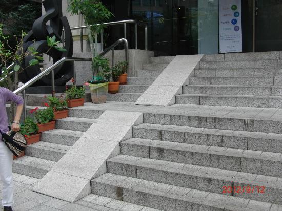 Hotel Skypark Myeongdong II: A steep entrance
