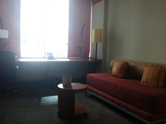La Quinta Inn & Suites Chicago Downtown: office area and couch in king room