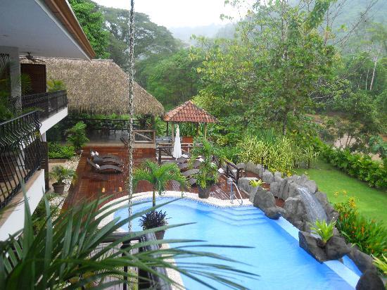 Hotel Pumilio : vistas a la piscina desde la habitación
