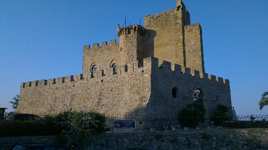 Castello di Roseto: castello federiciano