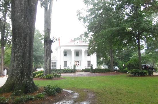 Madison Oaks Inn & Gardens: The front view