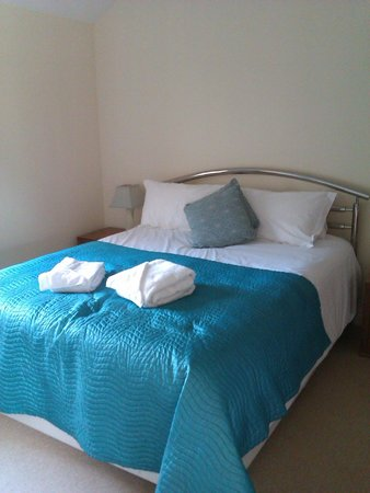 Oaksey Country Park Cottages: Master bedroom en suite