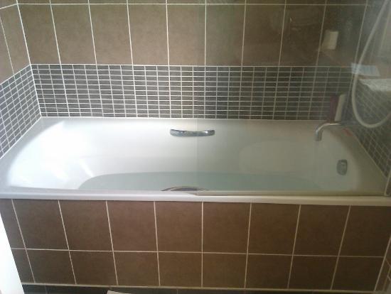 Oaksey Country Park Cottages: Lovely big bath
