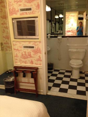 Mayfair Hotel: TV/bathroom