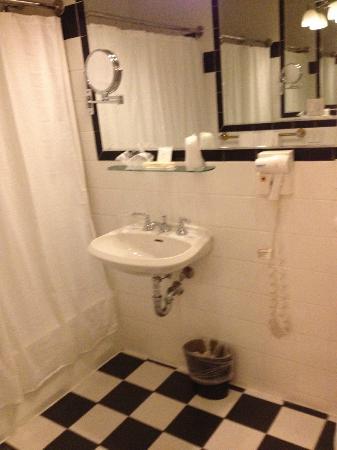Mayfair Hotel: Bathroom with good lighting, big mirror