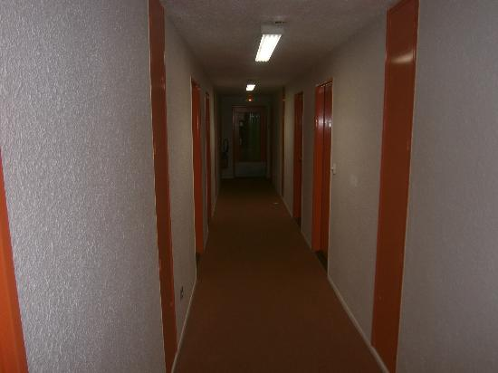 Cottage Hotel Reims: The alcatraz hallway to your box.