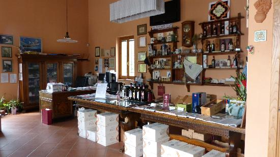 Agriturismo La Crociona: Shop where wine, olive oil and rosolio are available