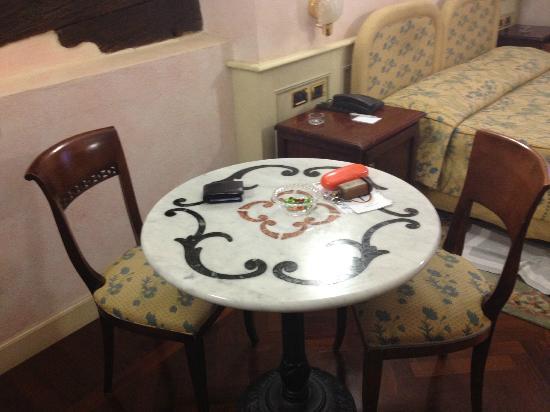 Art Hotel Commercianti: Tavolino