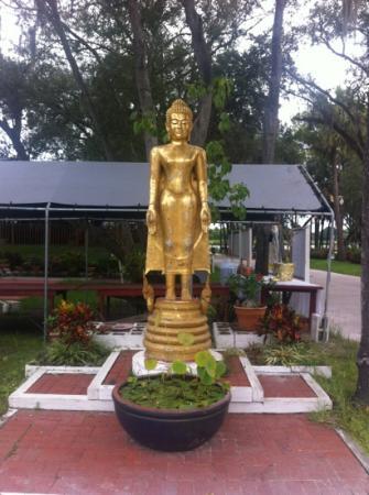 Wat Mongkolratanaram Thai Temple: statue near entrance