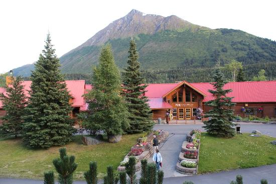 Kenai Princess Wilderness Lodge: Overall view from the gift shop.  Lodge and Cecil Mountain