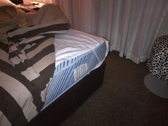 Adina Apartment Hotel Perth: Sheets were too short for the bed.