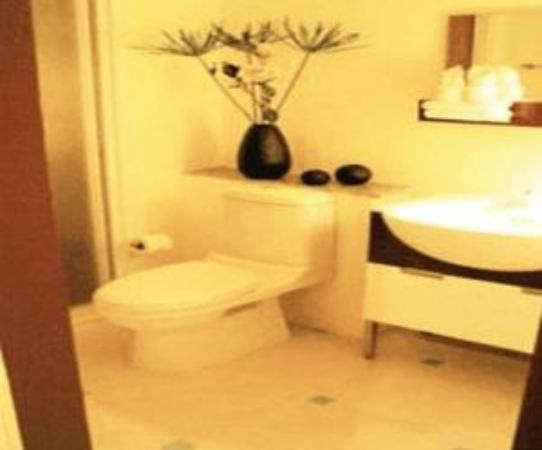The Laem Din Hotel: BATHROOM