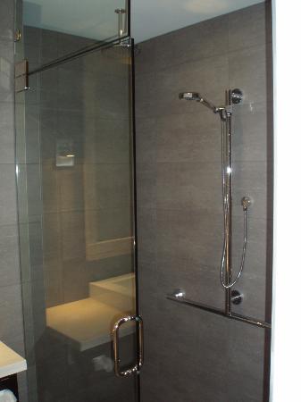 Douche vitr e picture of hotel spa le germain for Auberge de la grande maison baie st paul