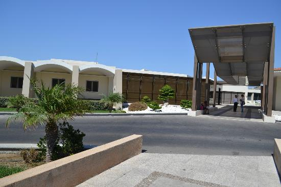 Kipriotis Village Resort: Drive way to hotel 