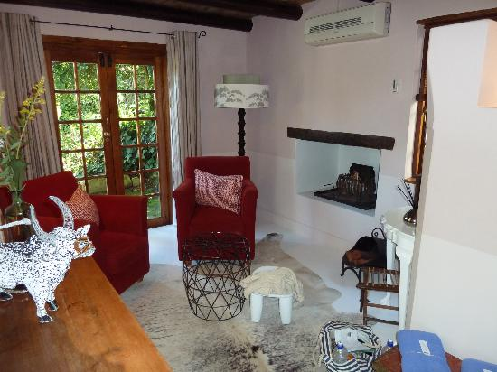 Augusta de Mist Country House: sitting room with private patio