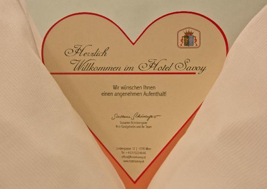 Savoy Hotel Vienna: Милое приветствие на подушке)