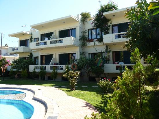 Lefka Apartments: Front of the hotel