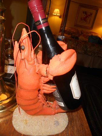 Blue Harbor House Inn: Who doesn't love a lobster wine caddy!